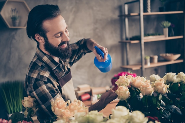 Floristería barbudo trabajando en su florería Foto Premium
