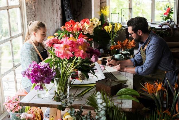 Floristerias trabajando en una floristeria. Foto Premium