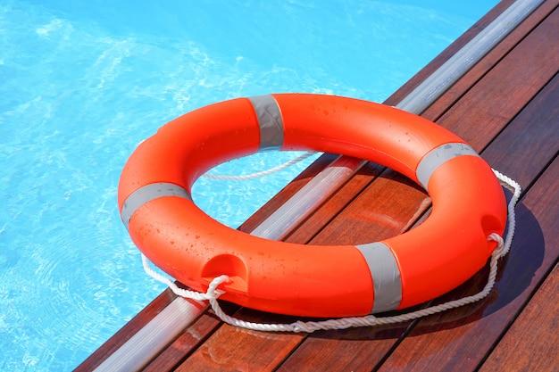 Flotador de anillo de piscina salvavidas rojo Foto Premium