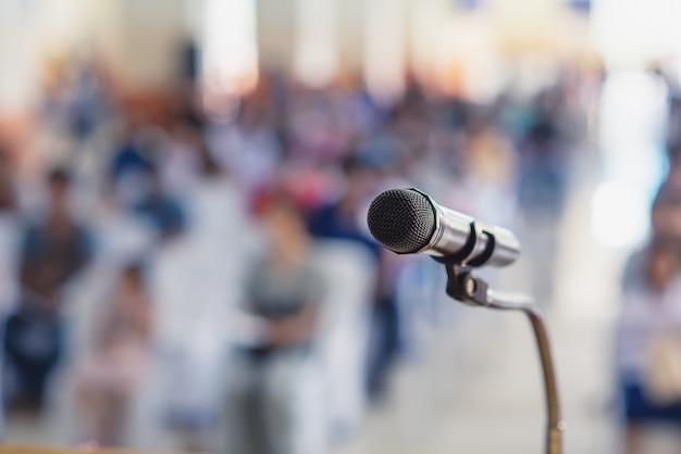 Foco suave del micrófono de cabeza en el escenario de la reunión de padres y alumnos en la escuela o evento de verano Foto Premium