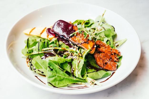 Foie gras con ensalada de verduras Foto gratis