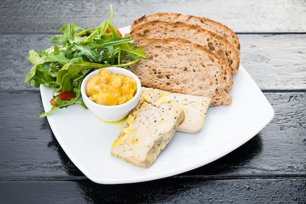 Foie gras con pan Foto gratis