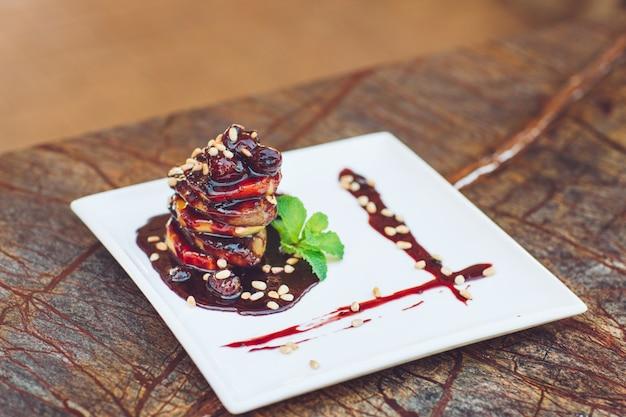 Foie gras en un plato blanco. Foto Premium