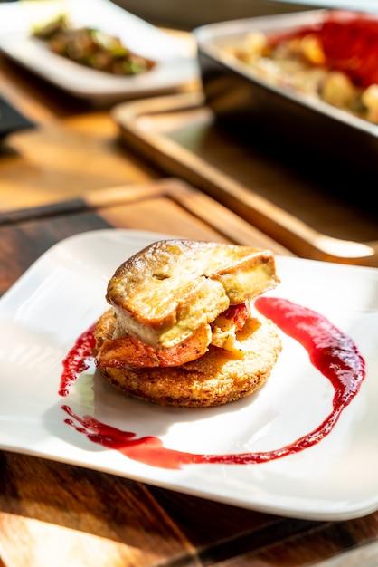 Foie gras con salsa de langosta y frambuesa Foto Premium