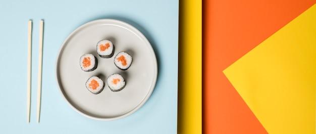 Fondo abstracto de plato de sushi japonés Foto gratis