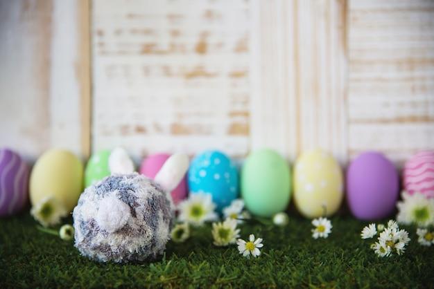 Fondo colorido pintado de los huevos de pascua - concepto del fondo de la celebración del día de fiesta de pascua Foto gratis