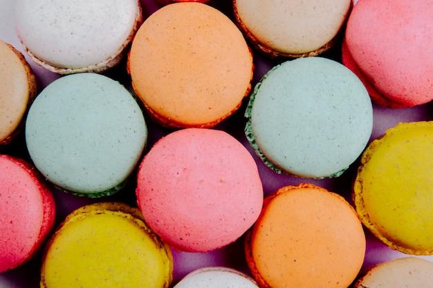 Fondo de coloridos macarrones deliciosos vista superior Foto gratis