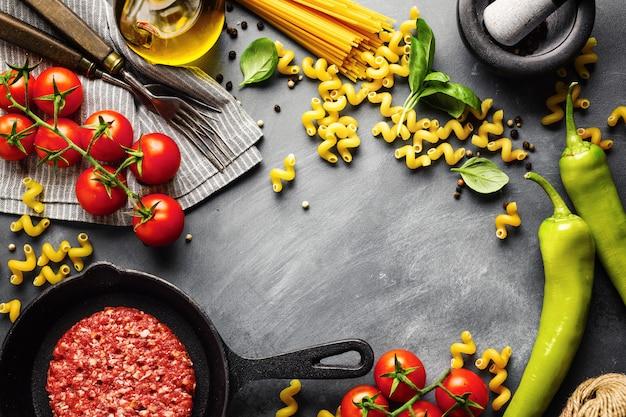 Fondo de comida italiana con ingredientes Foto gratis