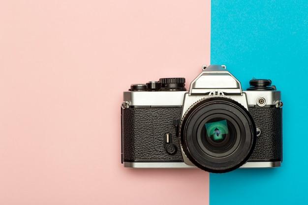 Fondo de concepto creativo de cámara de foto. cámara de fotos retro vintage sobre un fondo coloreado. concepto de viaje, vacaciones y fotografía. Foto Premium