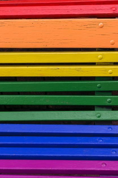 Fondo de concepto de día del orgullo. madera de un banco pintado en colores del arco iris. Foto Premium
