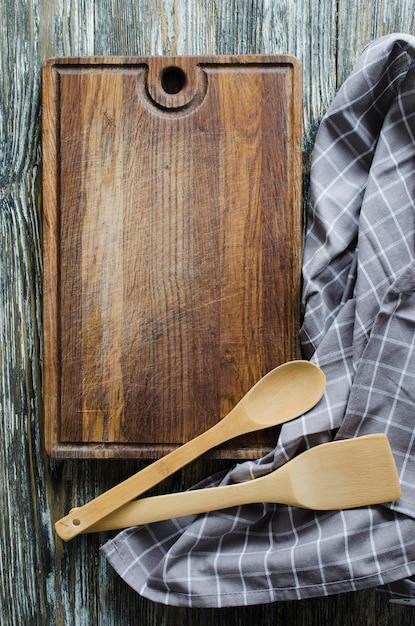 Fondo culinario con utensilios de cocina rústica en mesa de madera ...