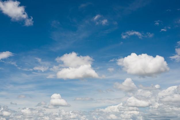 Fotos E Imagenes Cielo Azul Con Nubes: Fondo De Cielo Azul Con Nubes