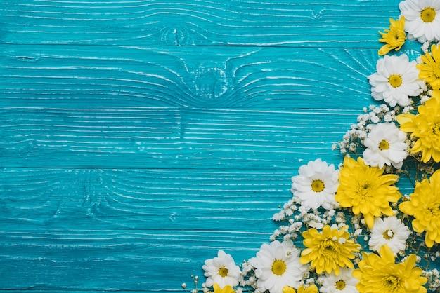 Fondo De Madera Azul Con Flores Blancas Y Amarillas