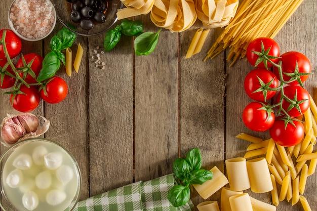 Fondo de madera con marco hecho de ingredientes for Ingredientes para comida
