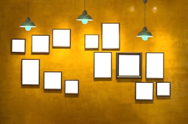 Fondo de pared vintage con marco de fotos y luz, galería interior ...