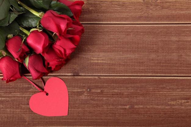 Fondo De Pantalla Dia De San Valentin Regalo Con Rosa: Fondo De San Valentín De Etiqueta De Regalo Y Rosas Rojas