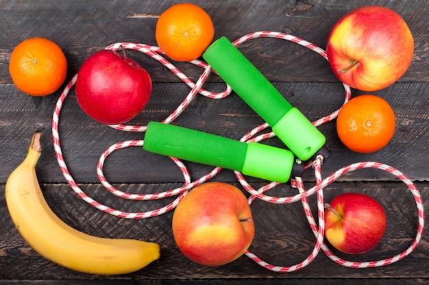 Fondo deportivo con saltar la cuerda y frutas Foto Premium