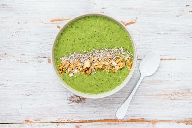 Fondo de desayuno desintoxicación verde smoothie bowl Foto Premium