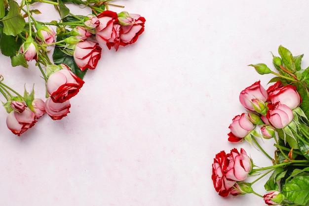 Fondo del día de san valentín, tarjeta del día de san valentín con rosas, vista superior Foto gratis