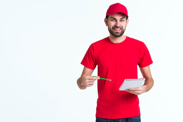 Fondo de espacio de copia minimalista con hombre firmando los formularios Foto gratis