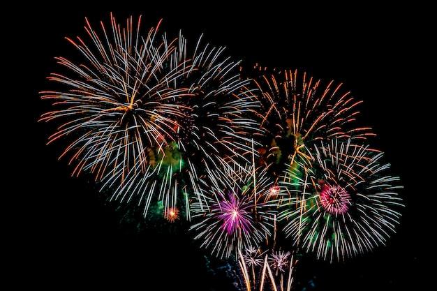 Fondo de exhibición de fuegos artificiales para aniversario de celebración Foto gratis