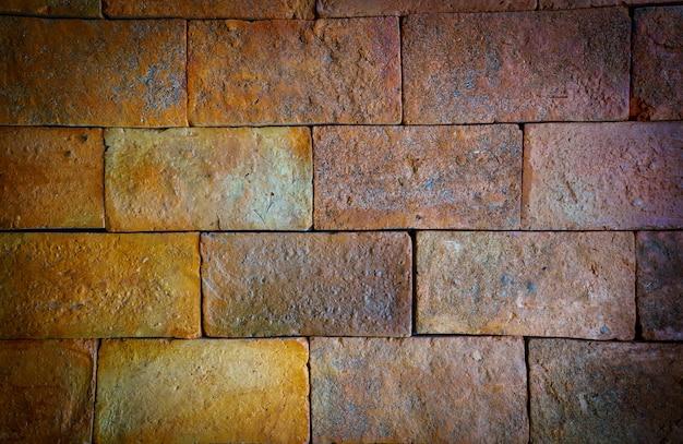 Fondo grande rojo de la pared de ladrillo del primer con la textura del diseño interior vieja. vignett y estilo vintage. Foto Premium