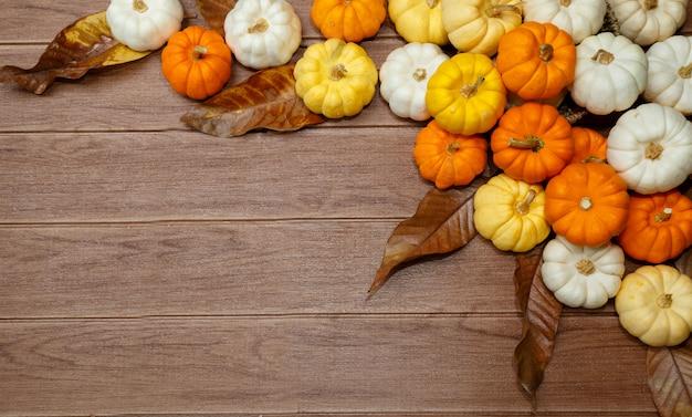 Fondo de halloween con calabazas. Foto Premium