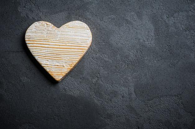 Fondo de hormigón negro con corazón de piedra Foto Premium