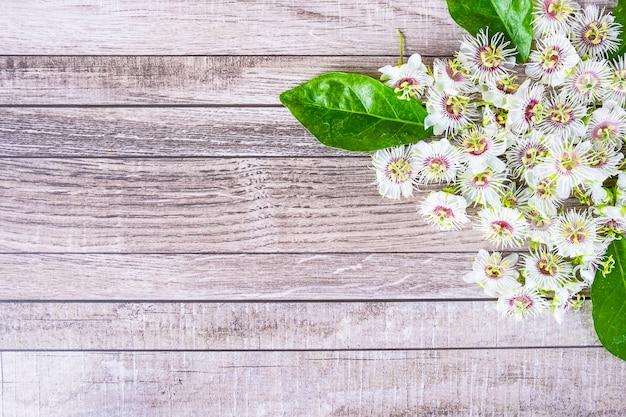 Fondo de madera con flores Foto Premium