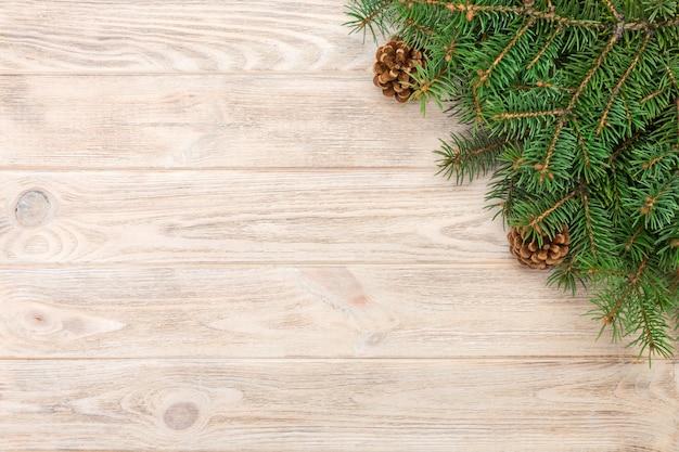 Fondo de madera gris de navidad con marco de abeto y conos copia espacio. vista superior espacio vacío Foto Premium