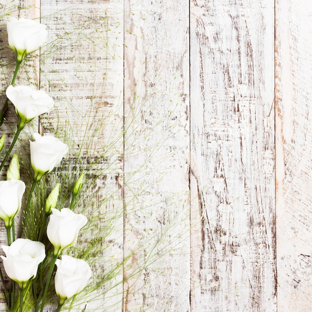 Fondo de madera con ramo de flores blancas. Foto Premium