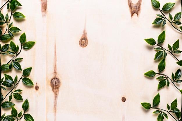 Fondo de madera simple con hojas Foto gratis