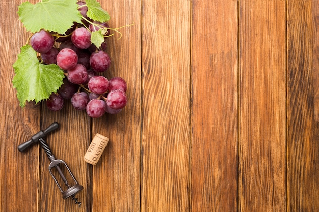 Fondo minimalista de madera con uvas. Foto gratis
