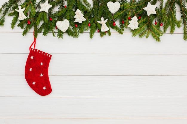 Fondo de navidad abeto de navidad con decoración sobre fondo blanco tablero de madera con espacio de copia. Foto Premium