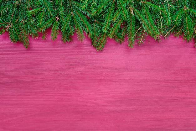 Fondo de navidad abeto de navidad sobre fondo de madera rosa. Foto Premium