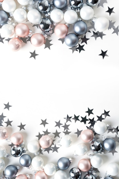 Fondo de navidad de bolas de colores pastel en blanco Foto Premium