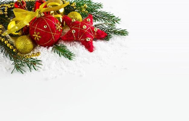Fondo de navidad con cuentas doradas y ramas de abeto Foto Premium