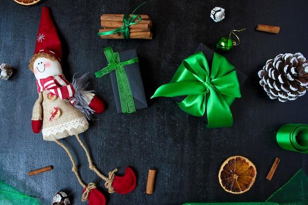 Fondo de navidad con naranja seca, piña blanca, bolas de árbol de navidad verde, mandarinas, manzana roja, palitos de jengibre, Foto Premium