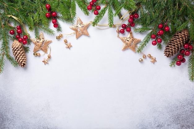 Fondo de navidad con regalos de abeto, rojo y oro Foto Premium