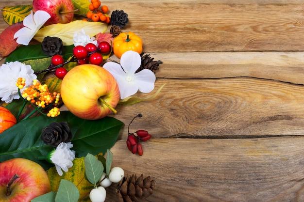 Fondo de otoño con flores blancas, hojas verdes y amarillas, espacio de copia Foto Premium