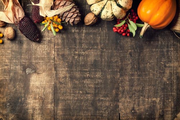 Fondo de otoño - hojas caídas y calabazas en la mesa de madera vieja. Foto Premium