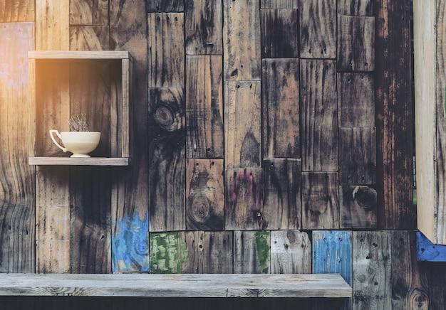 Fondo de pared de madera vieja con estantes y taza de café viejo Foto gratis