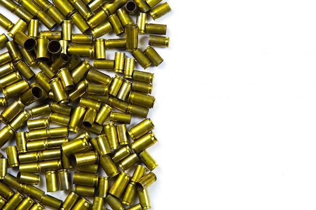 Fondo de pistola de balas y conchas pistola sobre fondo blanco Foto Premium