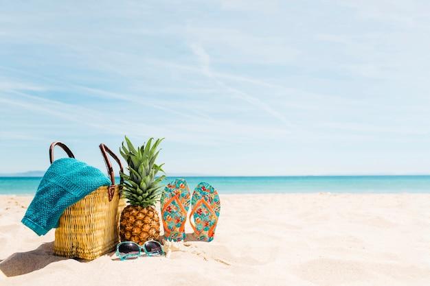 Fondo de playa con elementos de playa y copyspace Foto Premium