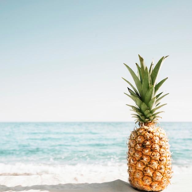 Fondo de playa con piña Foto Premium