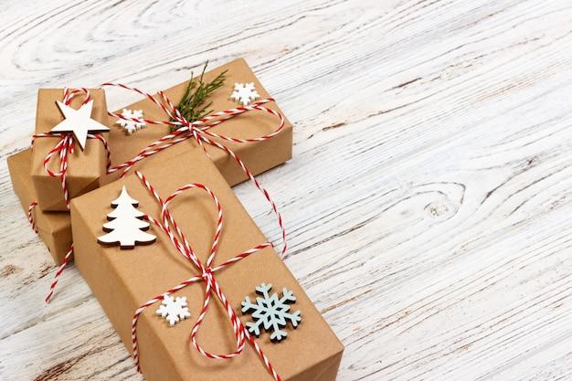 Fondo de regalo de navidad o año nuevo: rama de abeto, decoración de estrella y copo de nieve Foto Premium
