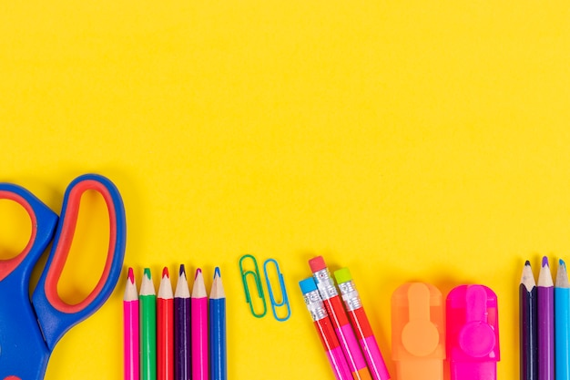 Fondo de regreso a la escuela con suministros Foto Premium