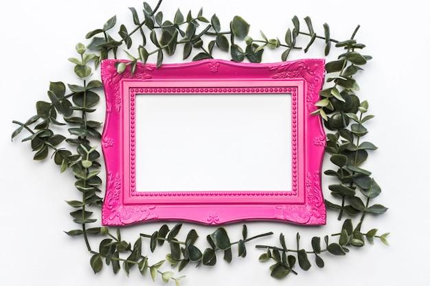 Fondo rosado del marco de las hojas del verde del vintage Foto gratis