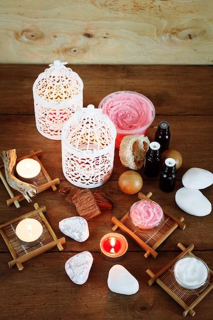 Fondo de spa con velas y productos de tratamiento. Foto Premium