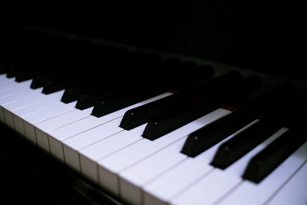 Fondo del teclado de piano con el foco selectivo. Foto Premium